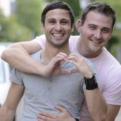 Krankenkasse: Schwules Elternpaar gilt versicherungsrechtlich nicht als Eltern