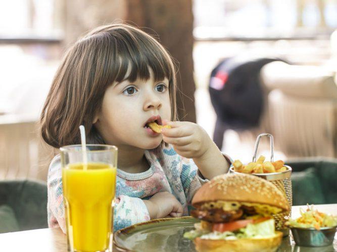 Sorgt Fast Food für Nahrungsmittelallergien?