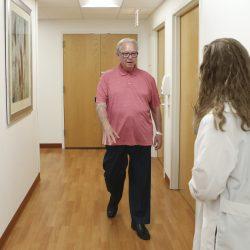 Wissenschaftler in der Nähe auf Bluttest für Alzheimer