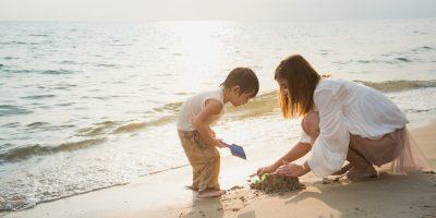 Ein Tag am Strand: vertieftes lernen für ein Kind