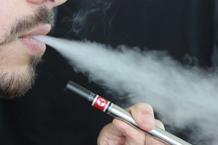 Vapers vorwerfen, die Beamten überfordert, wie Untersuchungen in tödliche Lungenkrankheit lags