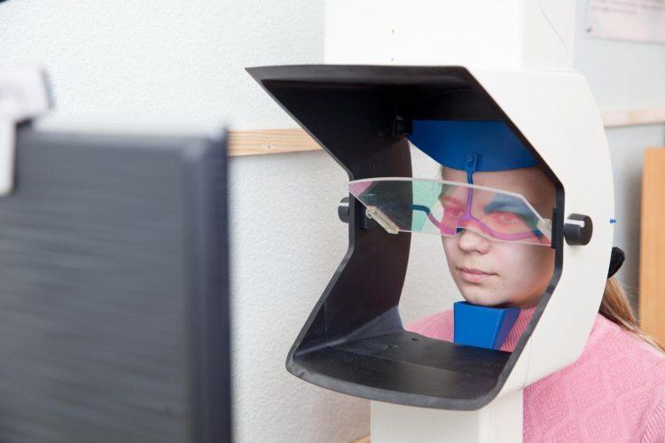 Forscher untersuchen die Wirkung von Augenbewegungen beim Lesen von Texten in verschiedenen Sprachen
