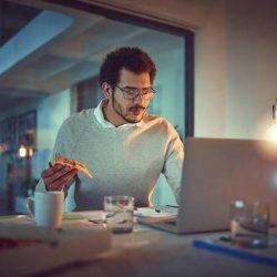 Workaholics aufgepasst: Überstunden machen laut Studie dick