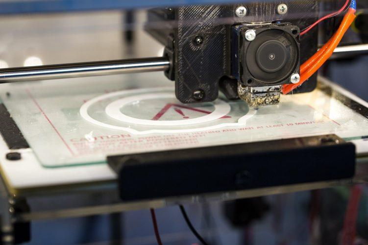Tech Freiwilligen Einsatz von 3-D-Drucker machen entscheidend virus-Masken