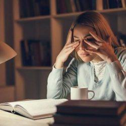 Krankheiten vorbeugen: So lernt man, sich weniger ins Gesicht zu fassen
