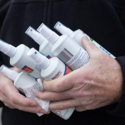 Mann kauft 17.700 Flaschen Desinfektionsmittel – und bleibt auf ihnen sitzen