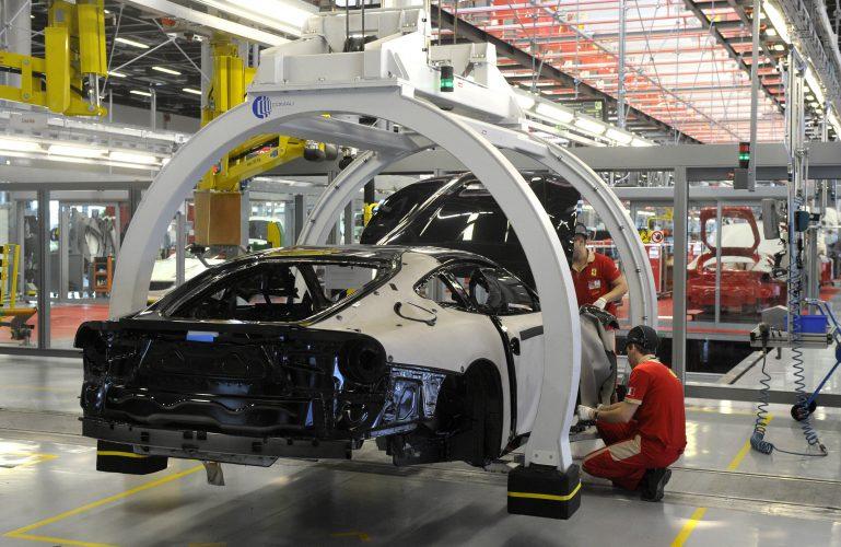 In drastischen bewegen, Italien, schaltet die meisten Fabriken zu stoppen virus