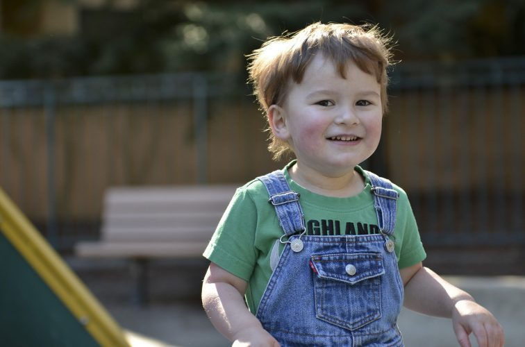 Zeit vor dem Bildschirm für Babys im Zusammenhang mit einem höheren Risiko von Autismus-ähnliche Symptome, die später in der kindheit