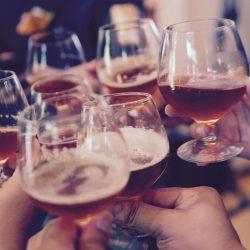 Schwere trinken in Alter fügt 4 cm an Taille
