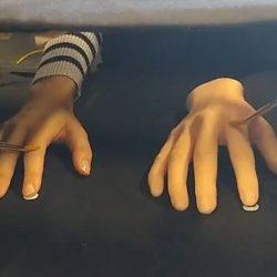 Neue Papier weist Fehler in der Gummi-Hand-Illusion Erhöhung harte Fragen für Psychologie