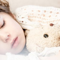 Weniger Schlaf bei Kindern, die Geräte verwenden, bevor Sie zu Bett gehen und die wählen, Ihre eigenen Schlafenszeiten