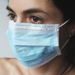 Masken und Distanz machen es schwierig für die schwerhörigen, aber hier ist, wie zu helfen