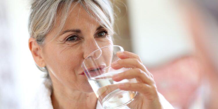 Hitze: Kann man zu viel Wasser trinken? – Naturheilkunde & Naturheilverfahren Fachportal