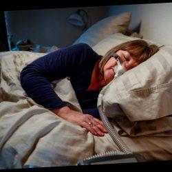 Nächtliche Atemnot: Dieser Patientin ist die Krankheit im Gesicht abzulesen